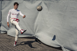 Charles Leclerc, Sauber warms up playing football