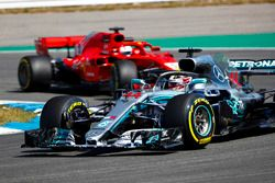 Lewis Hamilton, Mercedes AMG F1 W09, voor Sebastian Vettel, Ferrari SF71H
