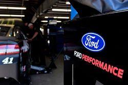 Kurt Busch, Stewart-Haas Racing, Ford Fusion Monster Energy / Haas Automation, Ford logo, garage
