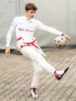 Charles Leclerc, Sauber s'échauffe en jouant au football