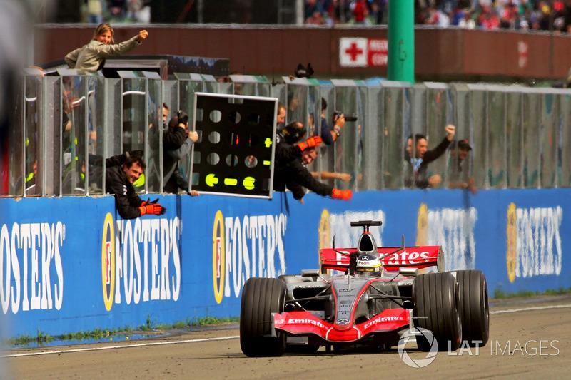 Pedro de la Rosa, McLaren Mercedes MP4-21 franchit la ligne