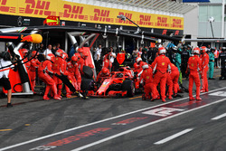Kimi Raikkonen, Ferrari SF71H, make a pit stop