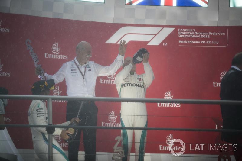 Podio: Dr. Dieter Zetsche, CEO, Mercedes Benz, y Lewis Hamilton, Mercedes AMG F1