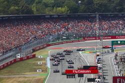 Départ : Sebastian Vettel, Ferrari SF71H, devant Valtteri Bottas, Mercedes AMG F1 W09, Kimi Raikkonen, Ferrari SF71H, Max Verstappen, Red Bull Racing RB14