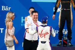 Sam Bird, DS Virgin Racing, festeggia sul podio con Alex Tai, Team Principal, DS Virgin Racing, e la sua fidanzata Holly dopo aver vinto la gara