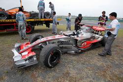 Lewis Hamilton, McLaren Mercedes MP4/22 yarış dışı kaldıktan sonra