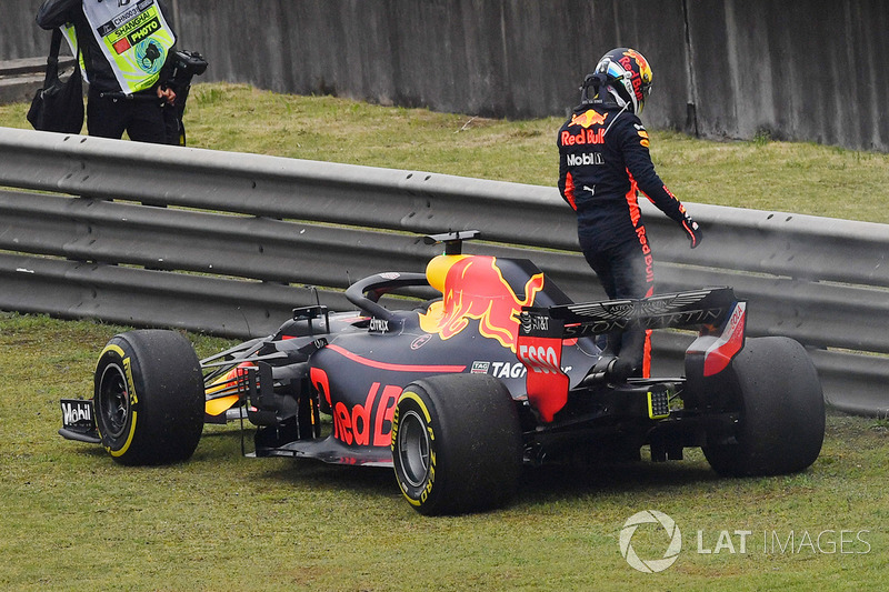 Daniel Ricciardo, Red Bull Racing RB14 detenido en la pista