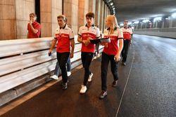 Charles Leclerc, Sauber camina el túnel con Xevi Pujolar, Sauber y Ruth Buscombe, Sauber