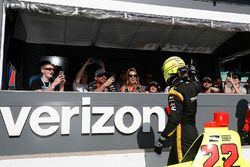 Simon Pagenaud, Team Penske Chevrolet greets the fans in the Verizon Pit View