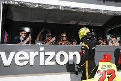 Simon Pagenaud, Team Penske Chevrolet saluda a los fanáticos en Verizon Pit View