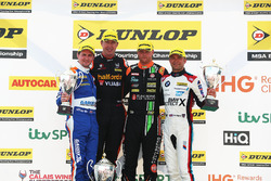 Sam Tordoff, Motorbase Performance Ford Focus, Matt Neal, Team Dynamics Honda Civic Type R, Josh Cook, Power Maxed Racing Vauxhall Astra y Colin Turkington, West Surrey Racing BMW 125i M Sport