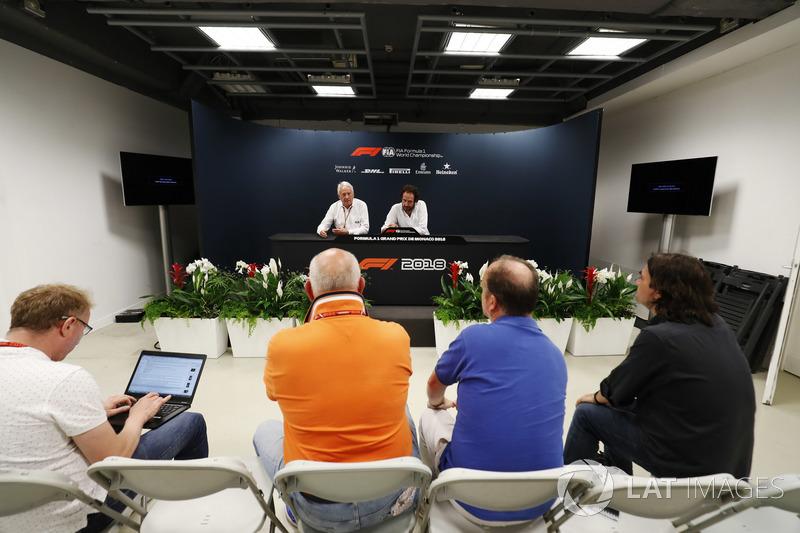 Charlie Whiting, Director de Carrera, FIA, y Matteo Bonciani, Delegado de Medios de la FIA, incluido Adam Cooper durante una conferencia de prensa