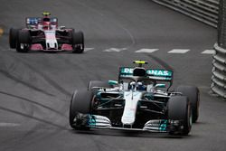 Valtteri Bottas, Mercedes AMG F1 W09, Esteban Ocon, Force India VJM11