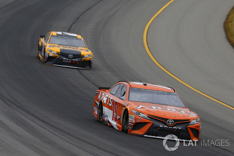 Daniel Suarez, Joe Gibbs Racing, Toyota Camry ARRIS ed Erik Jones, Joe Gibbs Racing, Toyota Camry DeWalt