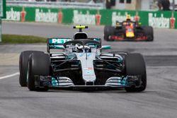 Valtteri Bottas, Mercedes AMG F1 W09, voor Max Verstappen, Red Bull Racing RB14