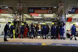 #80 Ebimotors Porsche team ready for a pit stop