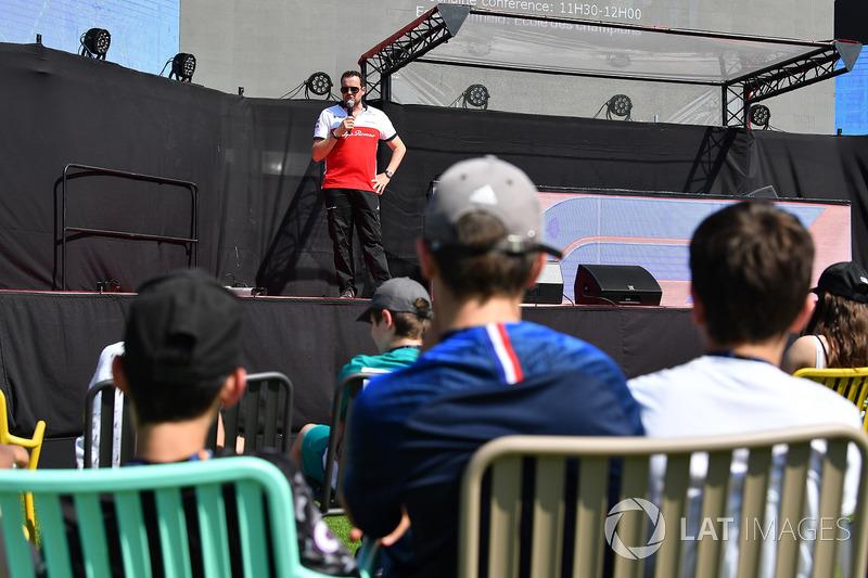 Julien Simon-Chautemps, ingegnere di pista Sauber, sul palco nella Fanzone