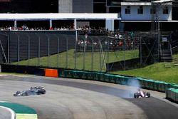 Romain Grosjean, Haas F1 Team VF-17 en Esteban Ocon, Sahara Force India F1 VJM10 crashen