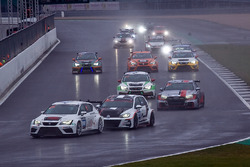 #100 Team Bleekemolen Seat Leon TCR V3 SEQ: Sebastiaan Bleekemolen, Melvin de Groot, Rob Smith, Rene Steenmetz leads from the start