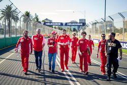 Sebastian Vettel, Ferrari camina en la pista con Maurizio Arrivabene, Ferrari y Riccardo Adami, ingeniero de Ferrari