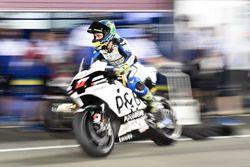 Гонщик Angel Nieto Team Карел Абрагам едет по пит-лейну с термочехлом заднего колеса
