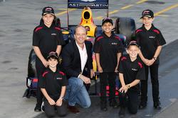 AGPC CEO Andrew Westacott con niños de la parrilla Aiva, Brad, Lucas, Toby y Cadel