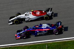Charles Leclerc, Sauber C37 y Brendon Hartley, Scuderia Toro Rosso STR13