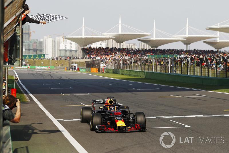 Daniel Ricciardo, Red Bull Racing RB14 Tag Heuer remporte la course