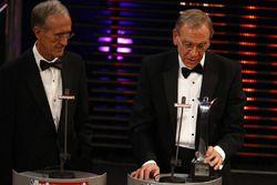 Het HANS Device team ontvangt de Pioneering and Innovation Award