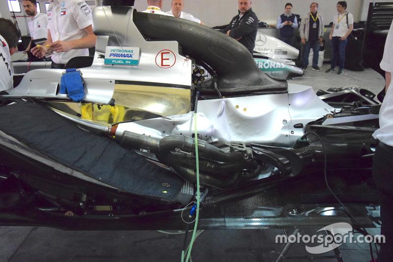 Motore della Mercedes W04 con i evidenza il sistema di scarico