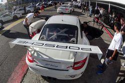 Trabajos en uno de los autos de la Porsche GT3 Cup Trophy Argentina.