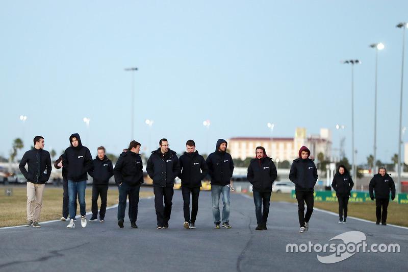 Phil Hanson, Lando Norris, Fernando Alonso, Will Owen, Hugo de Sadeleer, Bruno Senna, United Autosports caminan por la pista