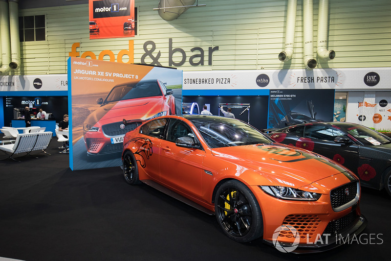 Jaguar XE SV Project 8 на стенді Motor1