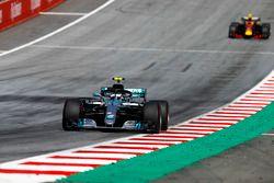 Valtteri Bottas, Mercedes AMG F1 W09, leadsMax Verstappen, Red Bull Racing RB14
