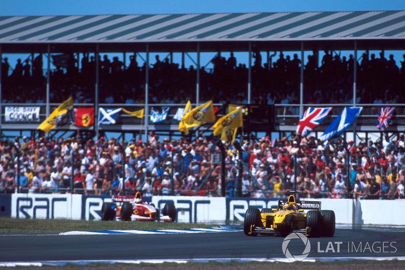 El tercer lugar fue ocupado por Ralf Schumacher, quien luchó contra los ataques de Frentzen.