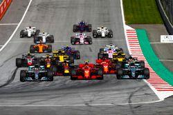 Lewis Hamilton, Mercedes AMG F1 W09, Valtteri Bottas, Mercedes AMG F1 W09, Kimi Raikkonen, Ferrari SF71H, Max Verstappen, Red Bull Racing RB14, Sebastian Vettel, Ferrari SF71H, Romain Grosjean, Haas F1 Team VF-18, the rest of the field at the start of the race