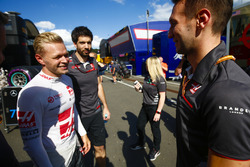 Kevin Magnussen, Haas F1 Team, celebrates with an engineer