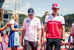 Sergio Perez, Force India und Marcus Ericsson, Sauber auf der Fahrerparade