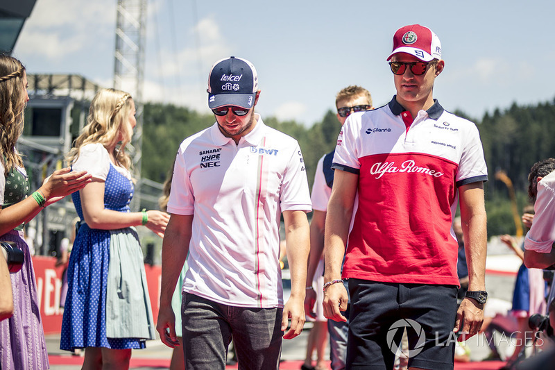 Sergio Perez, Force India et Marcus Ericsson, Sauber lors de la parade des pilotes