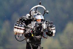 Un hombre usa un jet pack