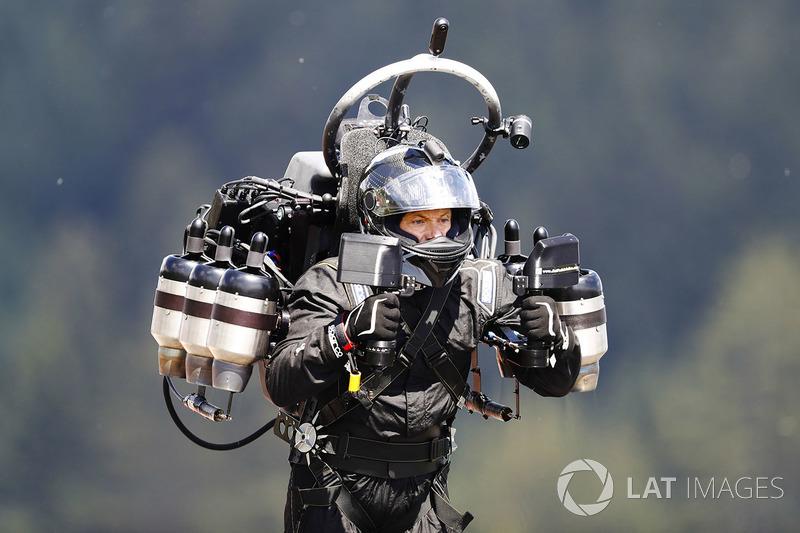 Un hombre con jet pack