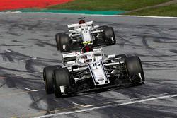 Charles Leclerc, Sauber C37 et Marcus Ericsson, Sauber C37 franchissent la ligne