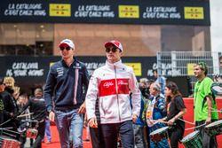 Esteban Ocon, Force India F1 et Charles Leclerc, Sauber durant la parade des pilotes