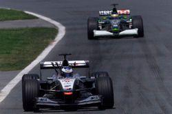 Mika Hakkinen, McLaren Mercedes MP4/16, precede Pedro de la Rosa, Jaguar R2