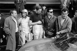 Les pilotes Ferrari au stand : John Surtees, Willy Mairesse, Michael Parkes, Lorenzo Bandini et Ludovico Scarfiotti
