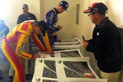 Pilotlar Justin Wilson posterini imzalıyor