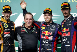 Podio: segundo lugar Romain Grosjean, Lotus F1, Matt Cadieux, Jefe de información, Red Bull Racing,