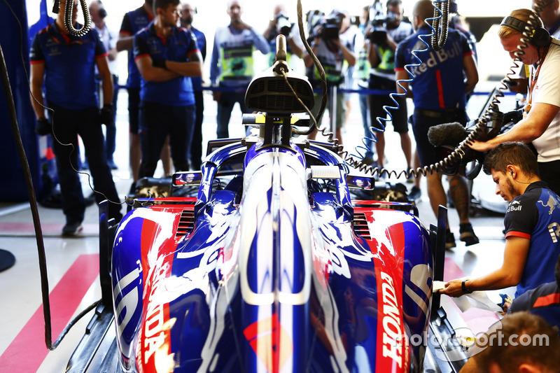 Des ingénieurs travaillent sur la voiture de Pierre Gasly, Toro Rosso STR13