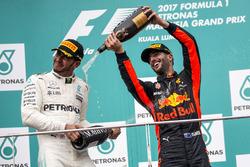 Подиум: обладатель второго места Льюис Хэмилтон, Mercedes AMG F1, третье место – Даниэль Риккардо, R