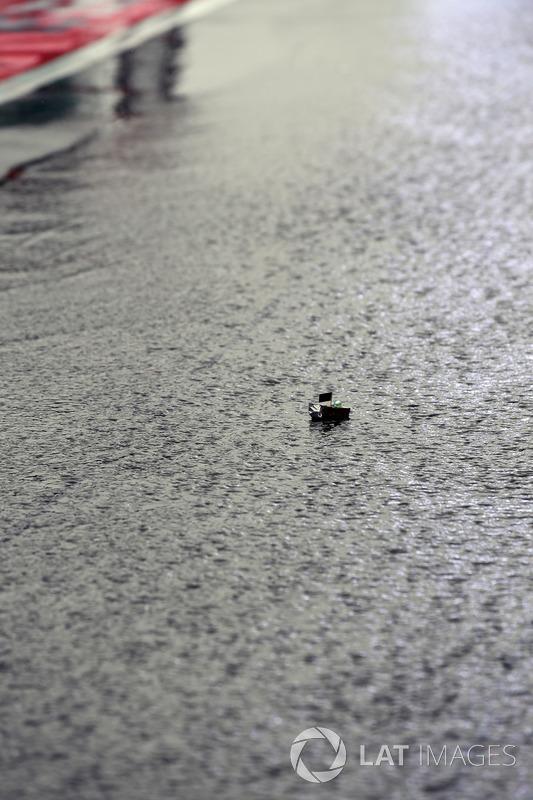 Un petit bateau flotte dans la voie des stands gp du for Dans un petit bateau